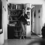 מול ארון הספרים: דיוקן עצמי עם זהבה, 1982, דיפטיכון