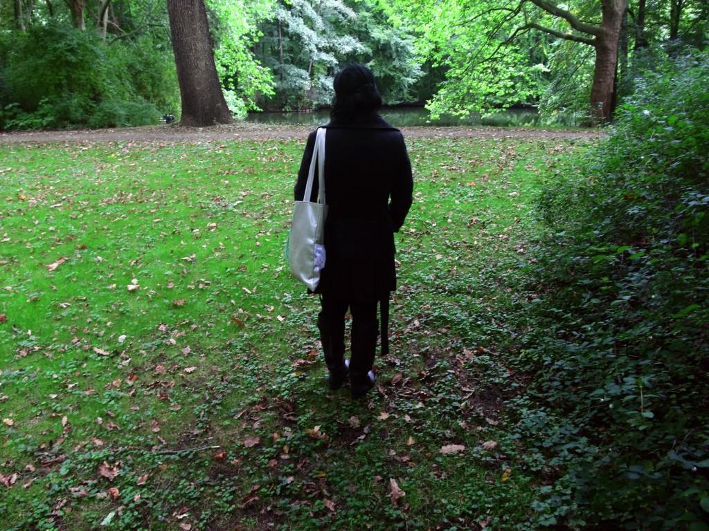 מתבוננת עם תיק אפור, ברלין, 2008